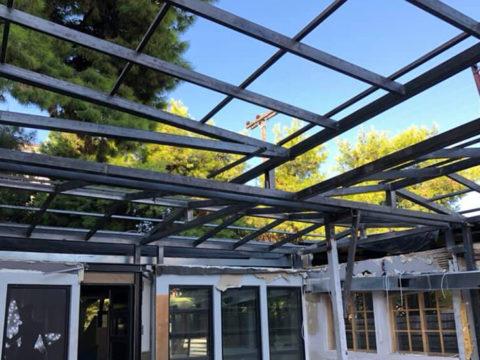 Κατασκευή μεταλλικής στέγης σε κατάστημα υγειονομικού ενδιαφέροντος στη Γλυφάδα